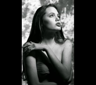 Reveladas na internet fotos de Angelina Jolie com 15 anos.