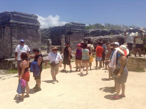 El turismo internacional disfrutando del recorrido prehistórico