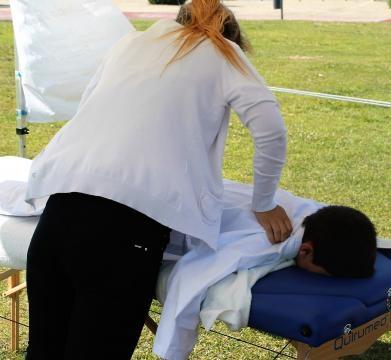 Fisioterapeura relaxando o atletas da Bushido no final do treino