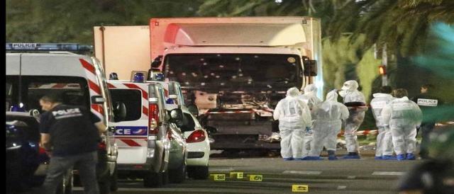 Forças de segurança da França fazendo o seu trabalho