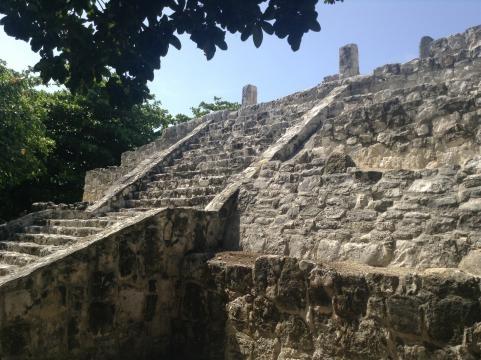 Pirámide de San Miguelito aledaña al edificio del Museo