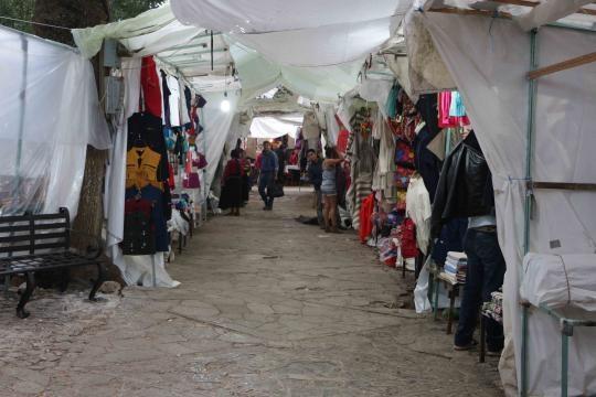 Comercio de artesanías frente a los centros de la cristiandad