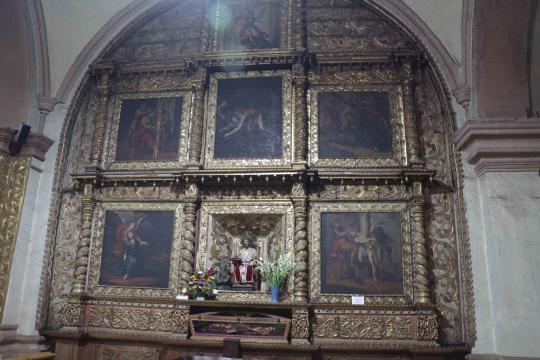 Estado actual de los altares donde se nota el oscurecimiento y el polvo