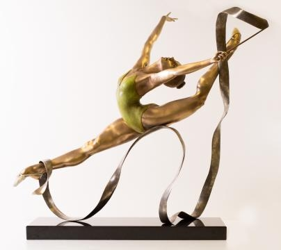 This piece shows Carole's ability to sculpt realistic figures, including muscles. Photo credits courtesy of Carole Feuerman, used with permission.