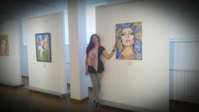 Mariana Suárez junto a una de sus obras.