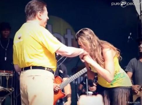 Lívia Andrade beijou a mão de Silvio Santos... - com.br