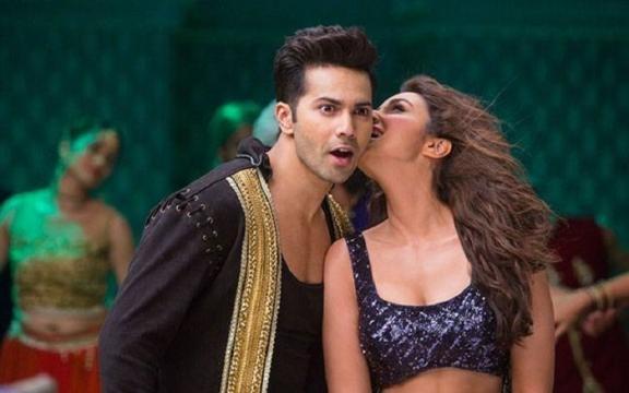 Varun Dhawan and Parineeta Chpra kiss (Panasiabiz.com)
