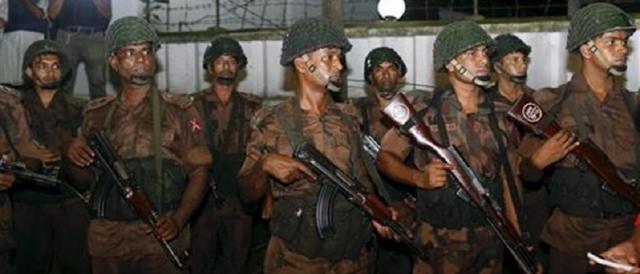 Forze di polizia a Dacca durante le tragiche ore dell'attentato