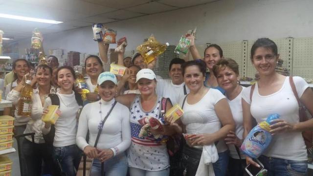 Mujeres que cruzaron la frontera con Colombia y volvieron con productos basicos