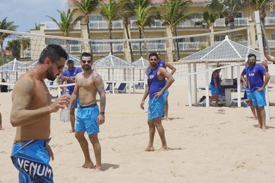 Virat Kohli and the India Players playing beach vollywball (Twitter)