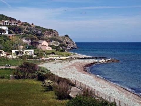 Sisco, une plage petite et peu étroite.