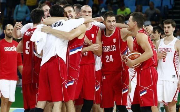 La selección serbia celebra la victoria frente a Croacia