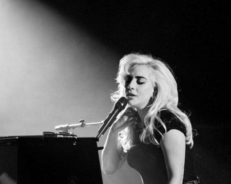 Lady Gaga si esibisce a iHeart radio con il nuovo singolo