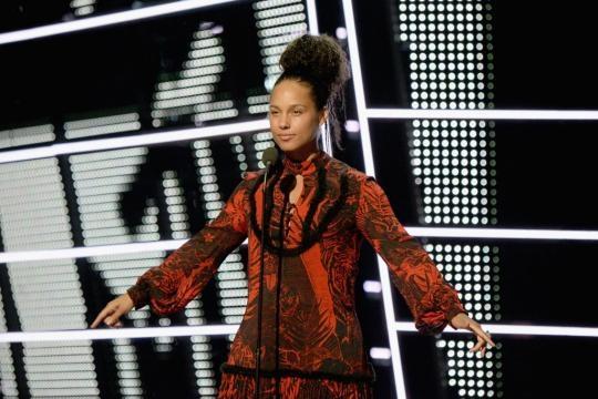 Alicia Keys and Alessia Cara | 2016 MTV Video Music Awards ... - popsugar.com