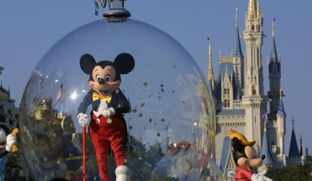 Mickey welcomes guests during parade. Photo courtesy of inquisitr.com