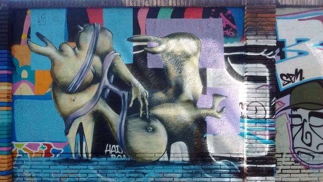Muro de antigua fábrica de principios del XX con graffiti
