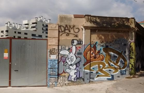 Muro de fábrica de principios del XX con graffiti