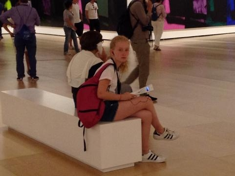 Jóvenes turistas asombrados pero conectados a un tiempo a la información sonora