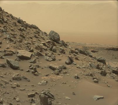 robot curiosity sur une colline du mont Sharp