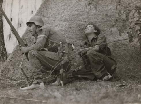 Sin título. Gerda Taro y soldado. Fotografía de Robert Capa, 1936.