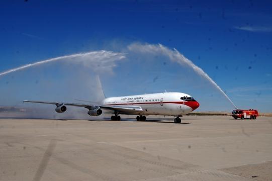 Arco de agua en honor de veterano avión retirado.