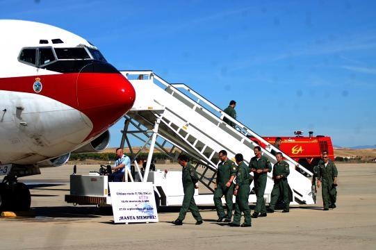 Con cierta pesadumbre la última tripulación abandona su avión.