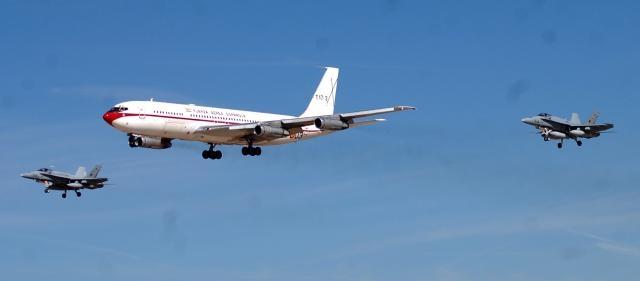 Con su escolta de F-18 el B-707 hace la pasada de homenaje en su adios.
