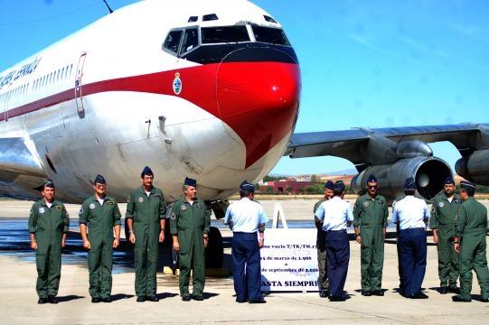 Felicitaciones de los mandos del EDA a la última tripulación del B-707.