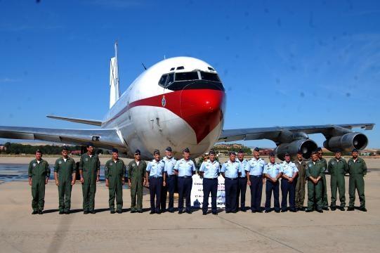 Foto de grupo de mandos y tripulantes junto al veterano avión que se retira.