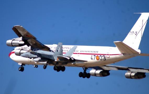 Un F-18 se dibuja junto al perfil del último B-707.