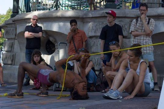 Le performeur Snake Zobel a Marseille