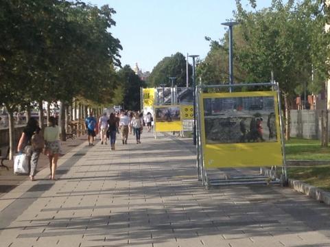 El corredor público se usa como galería sin techo para exhibir la tragedia humana