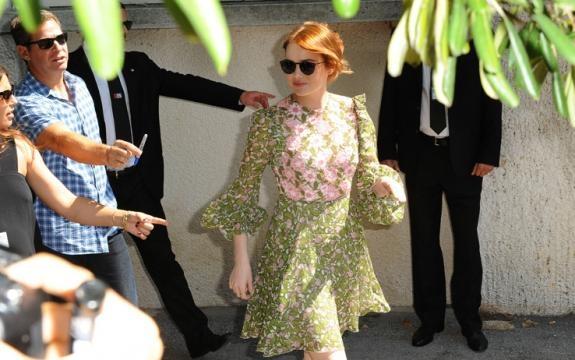 Emma Stone al suo arrivo al festival di Venezia