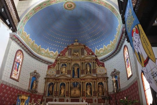 Interior de la iglesia en Ahinoa en Francia, Aquitania, Cantábrica.