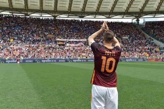 Francesco Totti riceve l'affetto del pubblico giallorosso