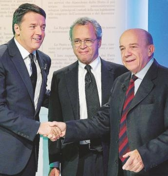 La stretta di mano fra Matteo Renzi e Gustavo Zagrebelsky.