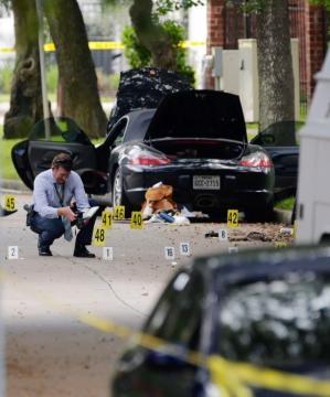 La Porsche dell'avvocato sulla scena della sparatoria