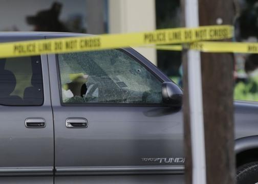 Una delle automobili di passaggio raggiunte dai colpi dell'uomo