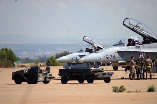 En tierra los técnicos se ufanan en cargar misiles Maverick en los F-18