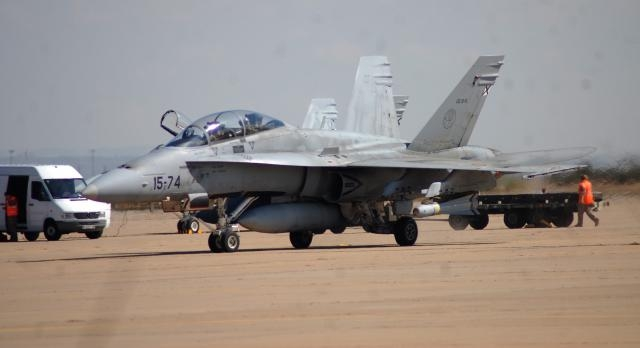 Equipado con misiles Maverick un F-18 se dirige a la pista de despegue