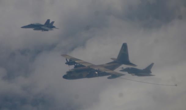 Los F-18 y EF-2000 vuelan en paralelo al Hércules para repostar en el aire