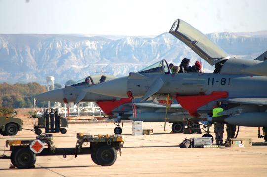 Tras equiparlos bombas GBU los técnicos culminan la preparación de los EF-2000