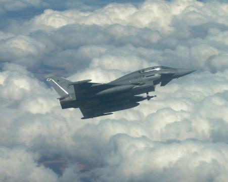 Un EF-2000 hace una guiñada mostrando su armamento de bombas GBU
