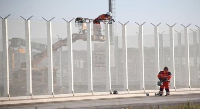 La recinzione del campo profughi di Calais