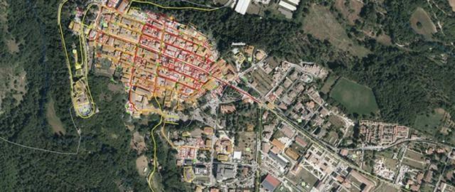 mappa dall'alto della città di Amatrice; in rosso le aree distrutte dal terremoto