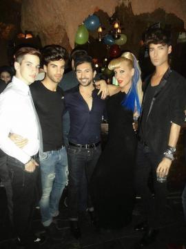 Miguel, Christina Rapado y Markus con amigos de fiesta en una discoteca madrileña