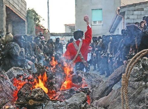 Sfilata dei Mamuthones e Issohadores attorno al fuoco