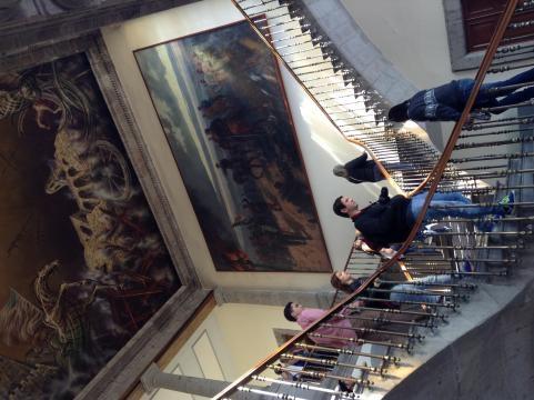 Las escaleras que unen los cuerpos de los edificios y la mano de los muralistas de siglos anteriores.
