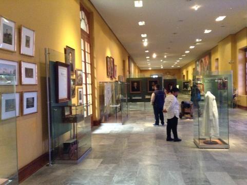 Los corredores que sirven para narrar la historia con imágenes y documentos.