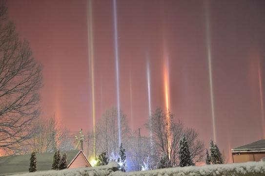 As luzes artificiais são refletidas pelas moléculas de água congeladas, criando um belo efeito